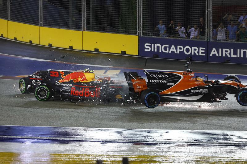 O impacto tirou de vez o holandês da prova. Alonso que fazia grande largada por fora, também foi pego pelo acidente e abandonou voltas depois pelos danos.
