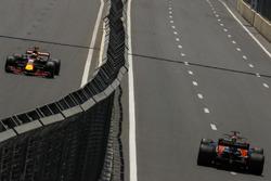 Daniel Ricciardo, Red Bull Racing RB13 et Fernando Alonso, McLaren MCL32