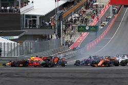 Макса Ферстаппена, Red Bull Racing RB13, виштовхують із траси на старті