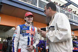 Ryan Blaney, Wood Brothers Racing Ford, con el cator Adam Sandler
