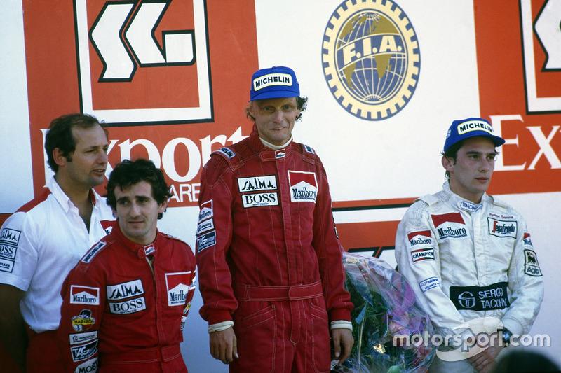Podio: Ron Dennis, Alain Prost, McLaren MP4/2-TAG Porsche, segundo lugar, Niki Lauda, McLaren MP4/2-TAG Porsche, primer lugar Campeón del mundo, Ayrton Senna, Toleman TG184-Hart, tercer lugar
