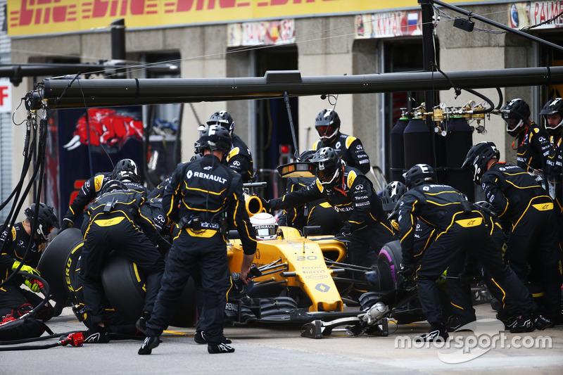 Кевін Магнуссен, Renault Sport F1 Team RS16, робить піт-стоп