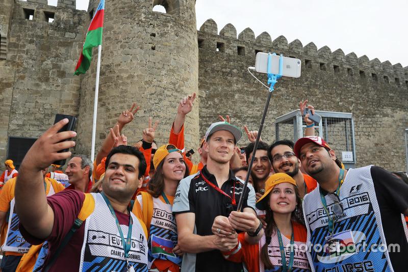 Ніко Хюлькенберг, Sahara Force India F1 з маршалами на треку
