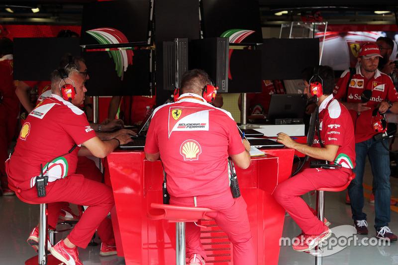 Ingegneri Ferrari alla console centrale nel box