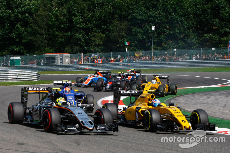 (L to R): Sergio Perez, Sahara Force India F1 VJM09 and Jolyon Palmer, Renault Sport F1 Team RS16 at the start of the race