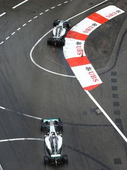 Nico Rosberg, Mercedes AMG F1 W07 Hybrid lidera Lewis Hamilton, Mercedes AMG F1 W07 Hybrid