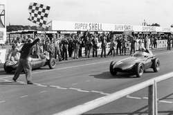 Stirling Moss, Vanwall, with Tony Brooks who gave up his car for Moss to drive after his car retired