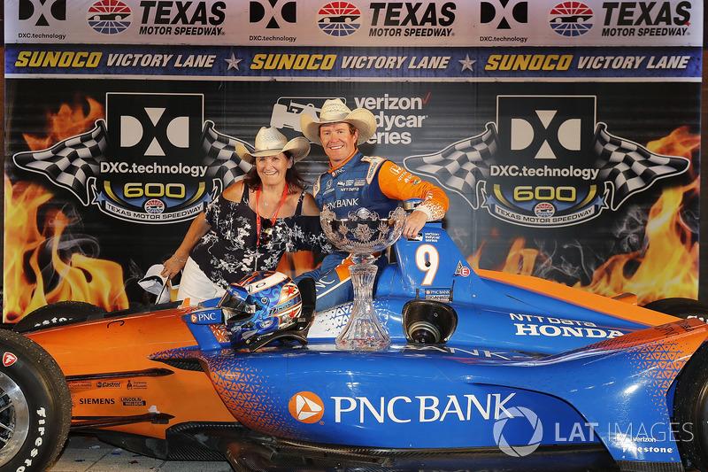Scott Dixon, Chip Ganassi Racing Honda festeggia nella victory lane con la madre Glenys