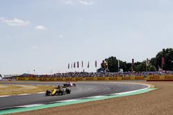 Nico Hulkenberg, Renault Sport F1 Team R.S. 18, precede Esteban Ocon, Force India VJM11