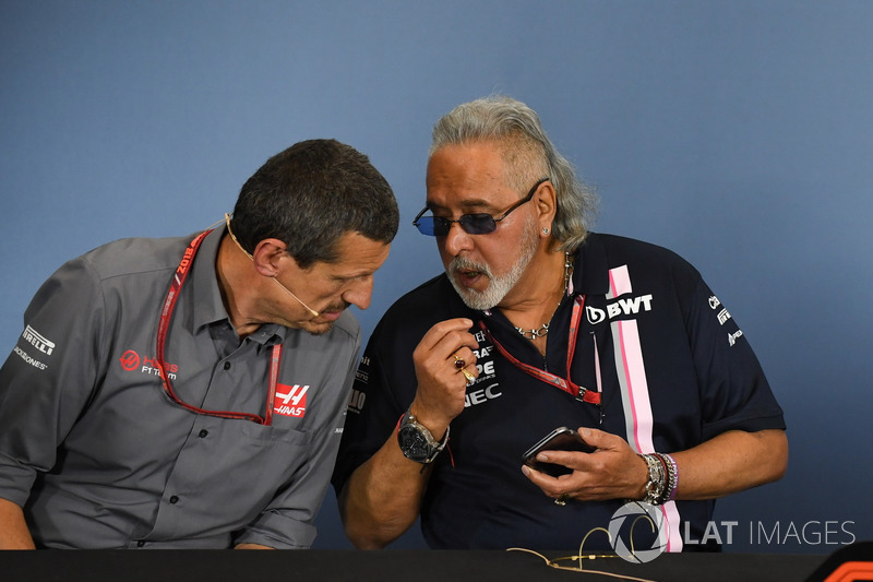 Guenther Steiner, Team Prinicipal, Haas F1 Team et Dr. Vijay Mallya, team principal de Force India, lors de la conférence de presse