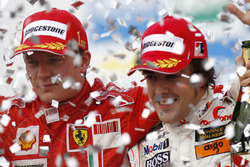 Kimi Raikkonen, Ferrari F2007, 1st position, and Fernando Alonso, McLaren MP4-22, 3rd position, on the podium
