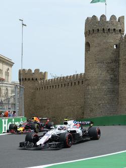 Sergey Sirotkin, Williams FW41 y Daniel Ricciardo, Red Bull Racing RB14