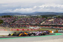 Carlos Sainz Jr., Renault Sport F1 Team R.S. 18, Fernando Alonso, McLaren MCL33, Sergio Perez, Force India VJM11, the remainder of the field at the start