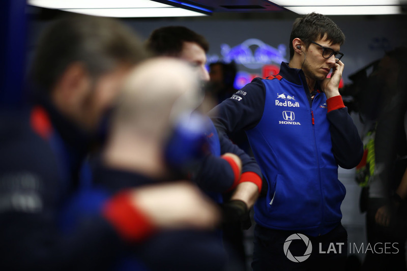 Engineers in the Toro Rosso garage