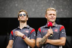Romain Grosjean, Haas F1 Team, Kevin Magnussen, Haas F1 Team, sul palco