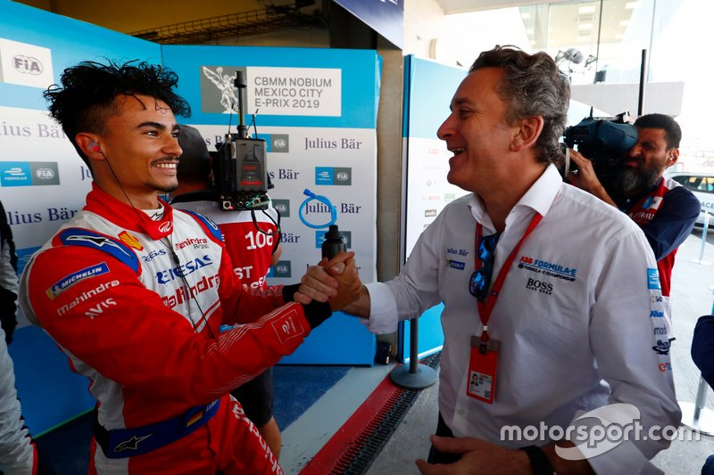 Pascal Wehrlein, Mahindra Racing, is congratulated by Alejandro Agag, CEO, Formula E, after taking Pole Position.