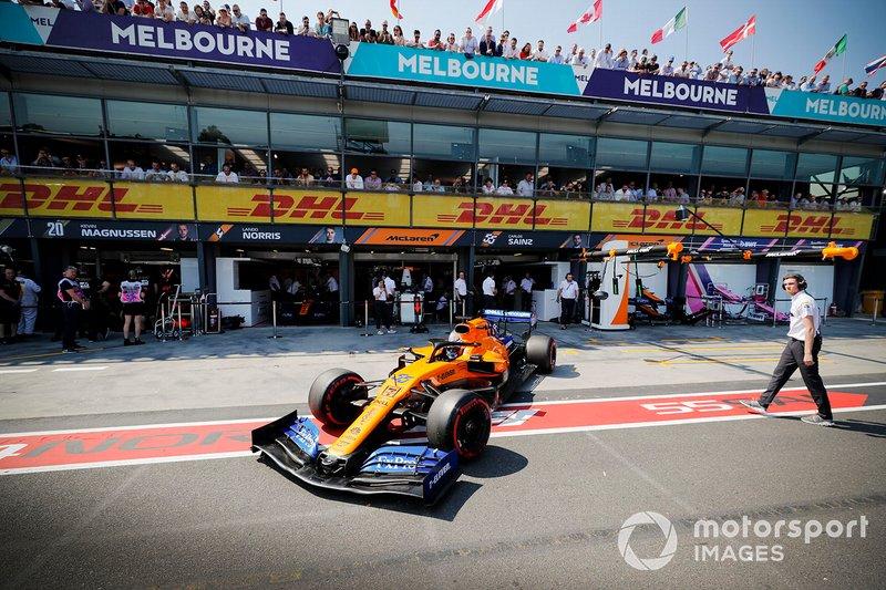 Carlos Sainz Jr., McLaren MCL34, quitte son stand