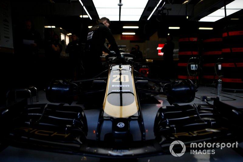 Haas VF-19 in garage