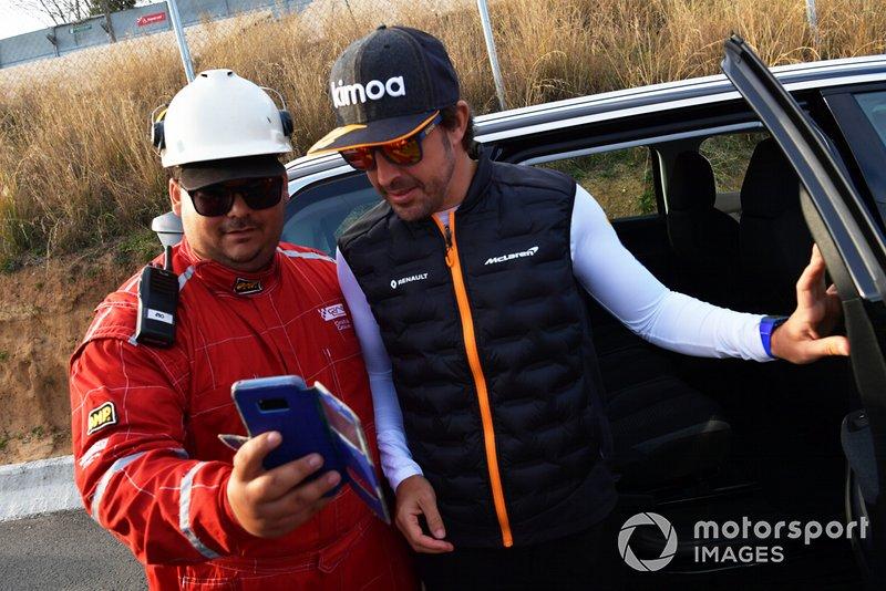 Fernando Alonso observa las acciones