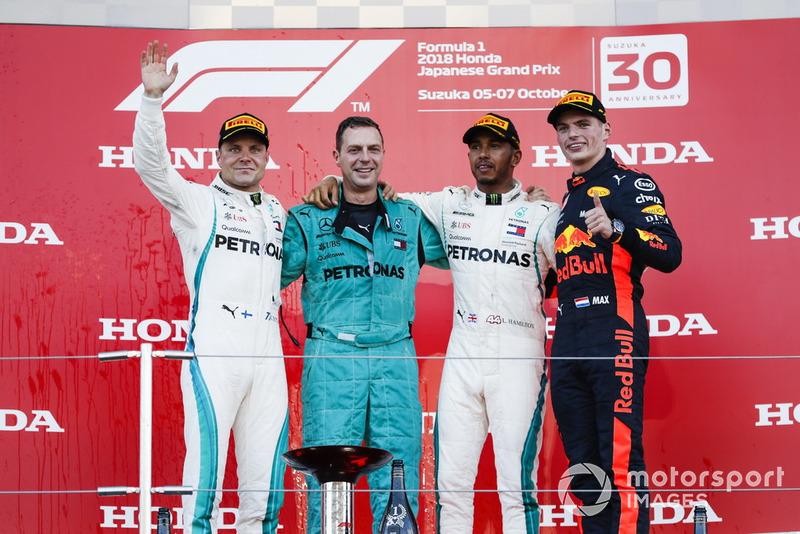 Il secondo classificato Valtteri Bottas, Mercedes AMG F1, il delegato Mercedes per il trofeo Costruttori, il vincitore della gara Lewis Hamilton, Mercedes AMG F1, e il terzo classificato Max Verstappen, Red Bull Racing, sul podio