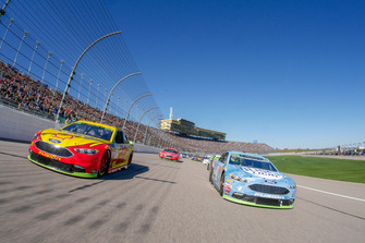 Pace car laps, Joey Logano, Team Penske, Ford Fusion Shell Pennzoil, Kevin Harvick, Stewart-Haas Racing, Ford Fusion Busch Light are leading the field