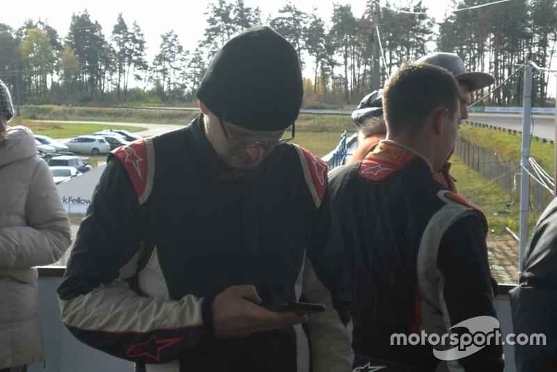 Костянтин Гуцул теж з головою в телефоні перед брифінгом