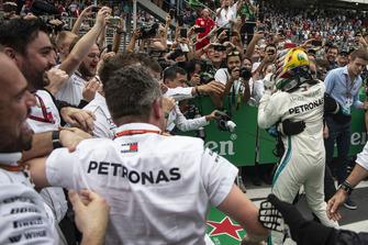 Lewis Hamilton, Mercedes AMG F1 celebrates with his mechanics in Parc Ferme