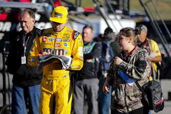 Kyle Busch, Joe Gibbs Racing, Toyota Camry M&M's Halloween with fan