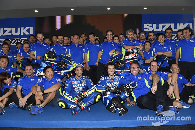 Andrea Iannone en Alex Rins met 2017 Suzuki MotoGP en het team