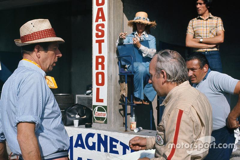 Rob Walker con su esposa Betty y John Surtees