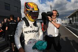 Le poleman Lewis Hamilton, Mercedes AMG F1 fête sa pole position dans le Parc Fermé