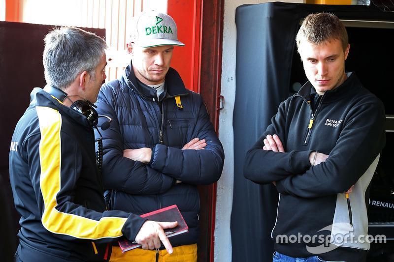 Nick Chester, Renault Sport F1 Team RS17, Chassis- Technischer Direktor; Nico Hülkenberg, Renault Sport F1 Team RS17 und Sergey Sirotkin, Renault Sport F1 Team RS17
