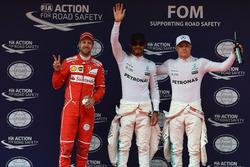 Себастьян Феттель, Ferrari, поул-сіттер Льюіс Хемілтон і Валттері Боттас, Mercedes AMG F1, у закритому парку