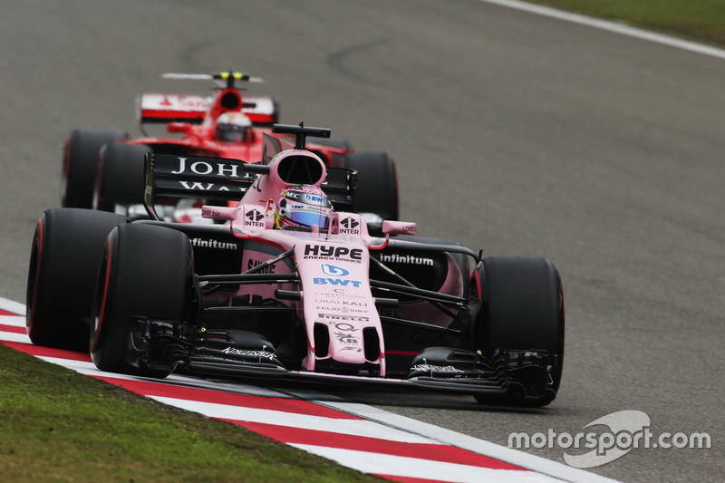 Sergio Perez, Force India VJM10, precede Kimi Raikkonen, Ferrari SF70H