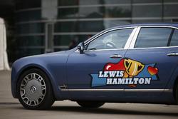 Une Bentley avec un sticker Lewis Hamilton, Mercedes AMG