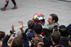 Max Verstappen, Red Bull, con su equipo y su padre Jos Verstappen