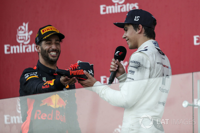 Lance Stroll, Williams celebra, Daniel Ricciardo, Red Bull Racing el shoey con champagne