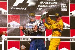 Подиум: победитель гонки Жак Вильнев, Williams Renault, и Ральф Шумахер, Jordan Peugeot, третье место