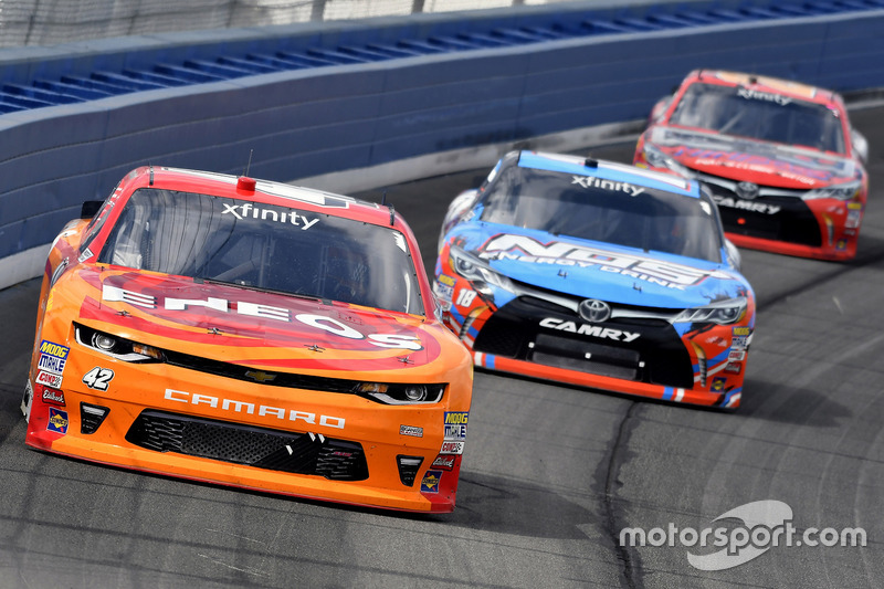 Kyle Larson, Chip Ganassi Racing Chevrolet, Kyle Busch, Joe Gibbs Racing Toyota y Erik Jones, Joe Gibbs Racing Toyota