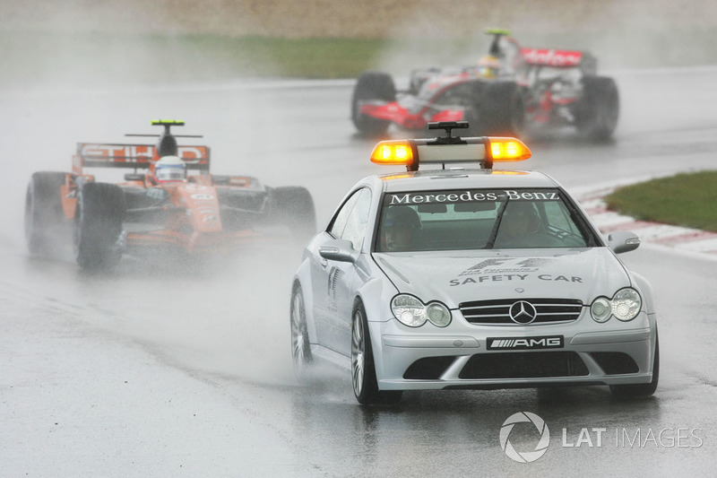 Markus Winkelhock, Spyker F8 VII detrás del coche de seguridad.