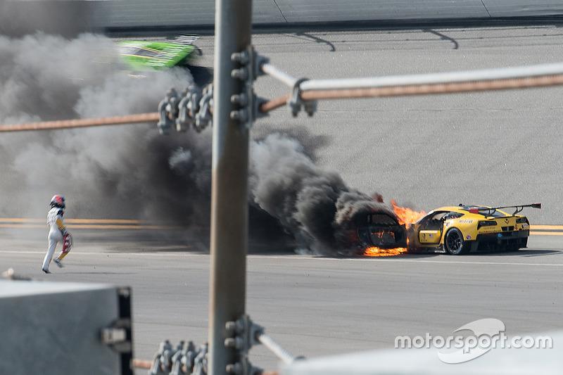 Marcel Fassler corre para apagar el fuego de su Corvette N°4.