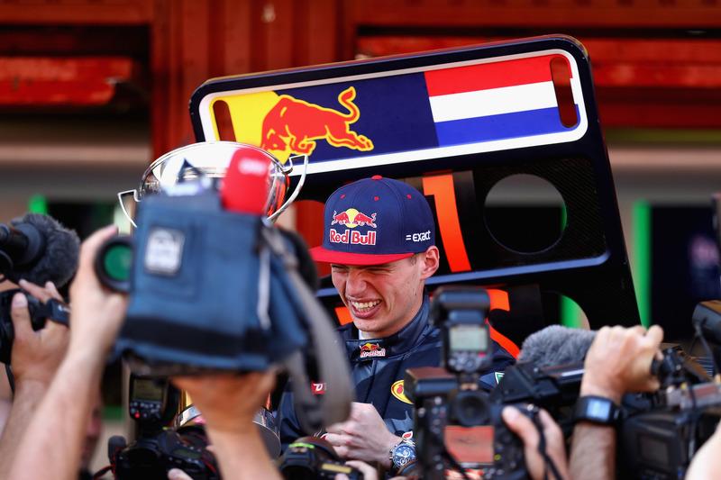 Max Verstappen, Red Bull Racing feiert seinen ersten F1-Sieg mit dem Team
