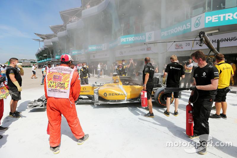Nach Brand in der Boxengasse: das Auto von Kevin Magnussen, Renault Sport F1 Team RS16
