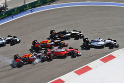 Daniil Kvyat, Red Bull Racing RB12 crasht bij de start in de auto van Sebastian Vettel, Ferrari SF16-H