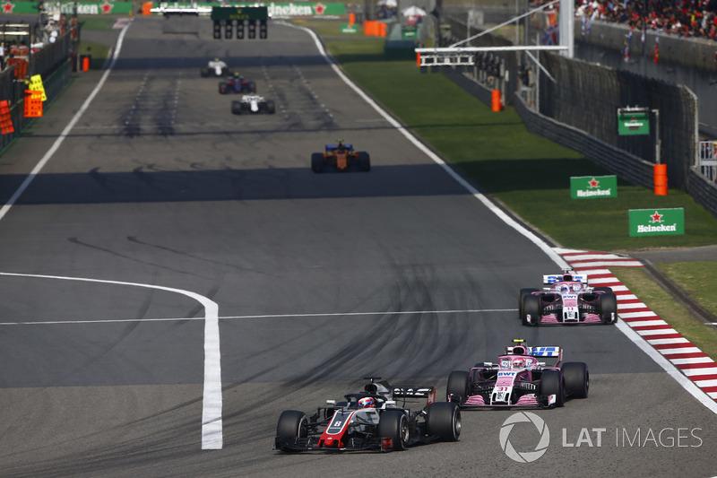 Romain Grosjean, Haas F1 Team VF-18 Ferrari,leads Esteban Ocon, Force India VJM11 Mercedes, Sergio Pérez, Force India VJM11 Mercedes