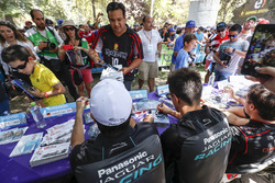 Nelson Piquet Jr., Jaguar Racing, Mitch Evans, Jaguar Racing sesión de autógrafos