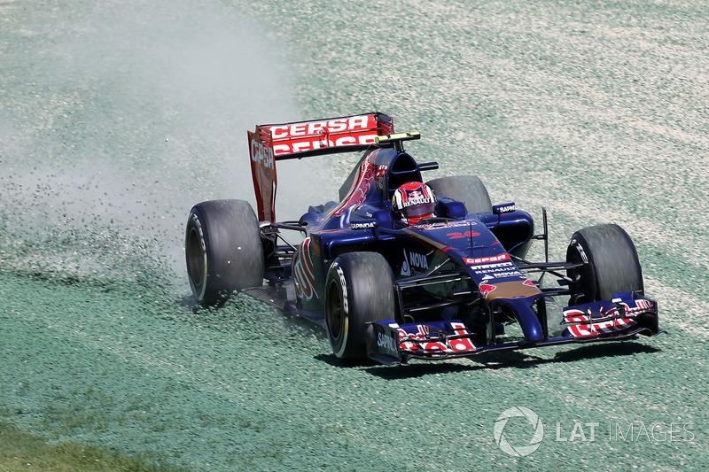 Daniil Kvyat, Toro Rosso STR9, takes to the gravel