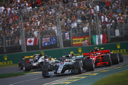 Льюис Хэмилтон, Mercedes AMG F1 W09, Кими Райкконен и Себастьян Феттель, Ferrari SF71H, Кевин Магнуссен, Haas F1 Team VF-18, Макс Ферстаппен, Red Bull Racing RB14, и Ромен Грожан, Haas F1 Team VF-18