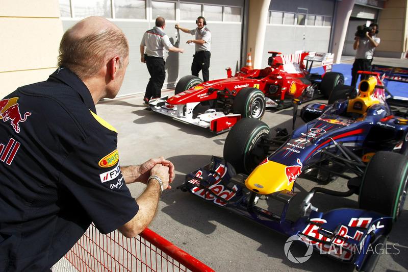 Adrian Newey, directeur technique Red Bull Racing, observe la Red Bull RB5 Renault et la Ferrari F10