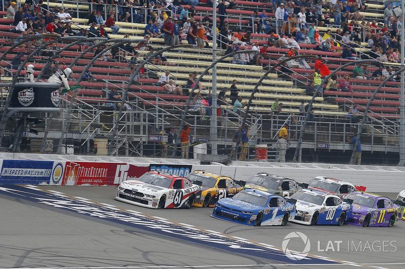 Kaz Grala, Fury Race Cars LLC, Ford Mustang NETTTS and Elliott Sadler, JR Motorsports, Chevrolet Camaro Chevrolet OneMain Financial restart
